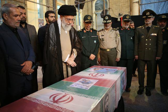 رهبر معظم انقلاب صبح امروز به مسجد امام حسین(ع) رفتند و برای لحظاتی در کنار پیکر مطهر شهید محسن حججی حضور یافتند.